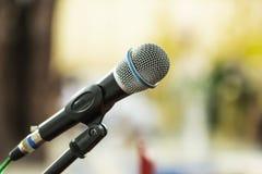 Microfone para cantar no concerto imagens de stock