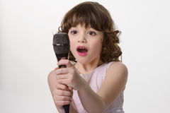 Microfone precioso nas mãos criançolas Fotografia de Stock