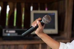 Microfone preto velho à disposição Fotografia de Stock