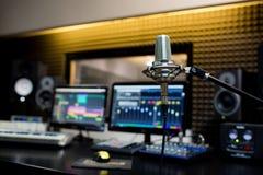 Microfone profissional no estúdio de gravação foto de stock royalty free