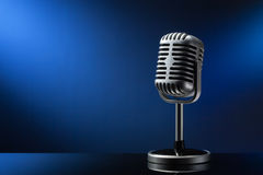 Microfone retro no azul Foto de Stock Royalty Free