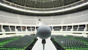 Microfone sobre a pista de decolagem entre fileiras dos assentos no local de encontro vazio antes de uma mostra filme