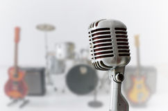 Microfone velho do cromo e instrumento musical do borrão fotografia de stock royalty free