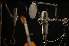 Microfone velho em um estúdio de gravação escuro foto de stock royalty free