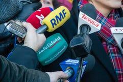Microfones da agência noticiosa diferente na conferência de imprensa Zet de rádio, RMF, Trwam, rádio Gdansk fotografia de stock royalty free