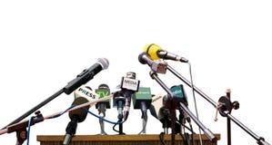 Microfones da conferência de imprensa no fundo branco fotografia de stock