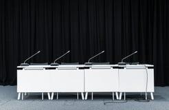 Microfones da conferência em uma sala de reunião Imagens de Stock