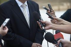 Microfones do jornalismo da conferência da reunião de negócio fotografia de stock