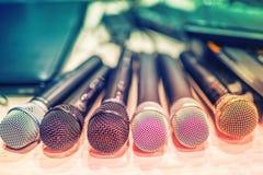 microfones e equipement do DJ em um concerto, em de bastidores Fotografia de Stock Royalty Free