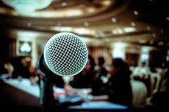 Microfones na fase dianteira na sala de seminário, para o discurso de fala mim fotografia de stock royalty free
