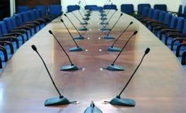 Microfones na sala de conferências vazia Foto de Stock Royalty Free