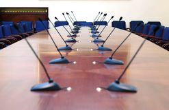 Microfoni nella sala per conferenze vuota Fotografia Stock