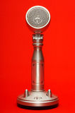 Microfono alla moda del metallo isolato con il percorso di ritaglio Immagine Stock