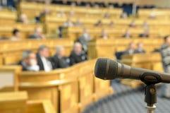 Microfono alla sala per conferenze. Fotografie Stock