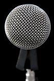 Microfono argenteo sul nero Fotografie Stock