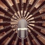 Microfono con il fondo delle note Immagini Stock Libere da Diritti