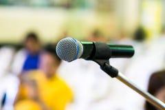 Microfono con l'estratto della sala per conferenze o della stanza di seminario fotografia stock libera da diritti