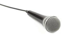 Microfono con la fine di vista laterale del cavo su su bianco Immagine Stock