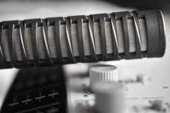 Microfono a condensatore ad alta fedeltà sopra il tecnico del suono Immagine Stock Libera da Diritti
