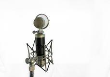 Microfono a condensatore vocale con lo schermo del vento su fondo bianco Immagine Stock Libera da Diritti