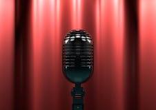 Microfono d'annata in scena con le tende rosse Luce lunatica della fase Fotografia Stock Libera da Diritti