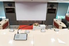 Microfono del collo d'oca con la base per un grandi corridoio di conferenza e sala riunioni immagine stock