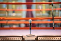 Microfono del presentatore sulla tavola prima del ring immagine stock libera da diritti