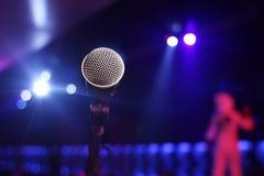 Microfono del primo piano in una discoteca Immagine Stock Libera da Diritti