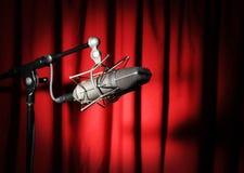 Microfono dell'annata sopra la tenda rossa fotografie stock libere da diritti