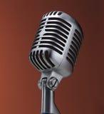 Microfono dell'annata su colore rosso Immagini Stock Libere da Diritti