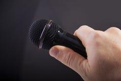 Microfono della holding fotografia stock