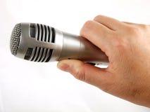 Microfono della holding della mano Fotografia Stock