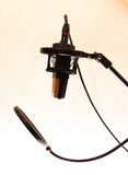 Microfono dello studio con la macchina per fare i popcorn Immagine Stock Libera da Diritti