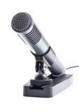 Microfono di condensatore grigio sul basamento Fotografie Stock