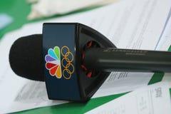 Microfono di NBC pronto per l'intervista durante Rio 2016 giochi olimpici Fotografie Stock Libere da Diritti