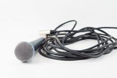 Microfono di Singin e cavo di cavo isolato su un fondo bianco Immagini Stock Libere da Diritti