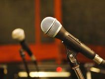 Microfono dinamico con i collegamenti di norme XLR nello studio Immagini Stock