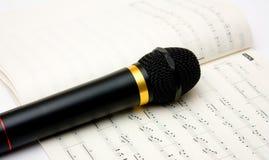Microfono e libro delle note Fotografia Stock Libera da Diritti