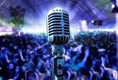 Microfono e pubblico dell'annata Immagine Stock Libera da Diritti