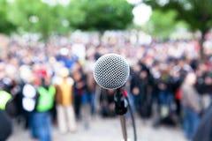 Microfono a fuoco contro la protesta vaga o la dimostrazione pubblica immagini stock