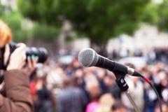 Microfono a fuoco, fotografo femminile vago sul lavoro nei precedenti immagine stock libera da diritti