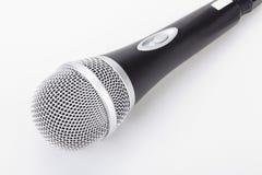 Microfono isolato sui precedenti bianchi Concetto dell'altoparlante fotografie stock libere da diritti