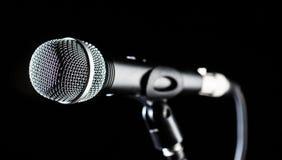 Microfono, mic, karaoke, concerto, musica di voce Audio mic vocale su un fondo del bleck Cantante nei karaoke, microfoni immagine stock libera da diritti