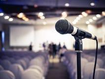 Microfono nel fondo di evento della stanza di seminario di conferenza Immagini Stock