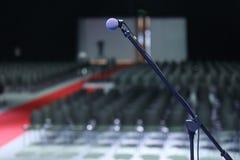 Microfono nel fondo di evento della stanza di seminario di conferenza Immagini Stock Libere da Diritti