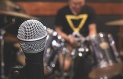Microfono nella stanza di ripetizione dello studio di musica Fotografia Stock Libera da Diritti