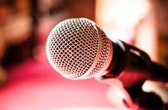 Microfono nella stanza o nell'auditorium di karaoke Fotografie Stock