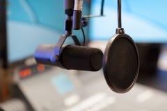 Microfono nello studio di radiodiffusione moderno della stazione radio fotografie stock libere da diritti