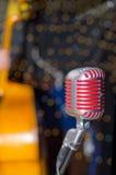 Microfono rosso d'annata, voce, studio Fotografie Stock