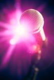 Microfono in scena con abbagliamento brillante immagini stock libere da diritti